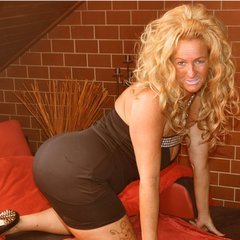Geiles Posing im schwarzen Kleid - LuderChantal