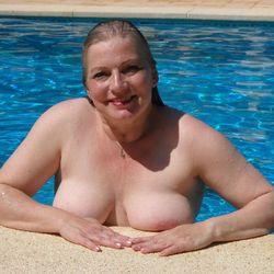 Wassernixe nackt im Pool - VersauteMutti