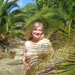 Nackt unter Palmen - VersauteMutti