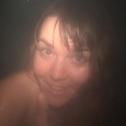 PIPI im öffentlichen Dampfbad - Geile-Nathalie
