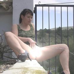 Pissen - In der Sonne - FolterKeller