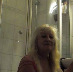 Die gute Hausfrau weiss sich zu helfen - totalversauteOmi