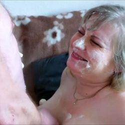 Spritzsahne auf die Titten - VersauteMutti